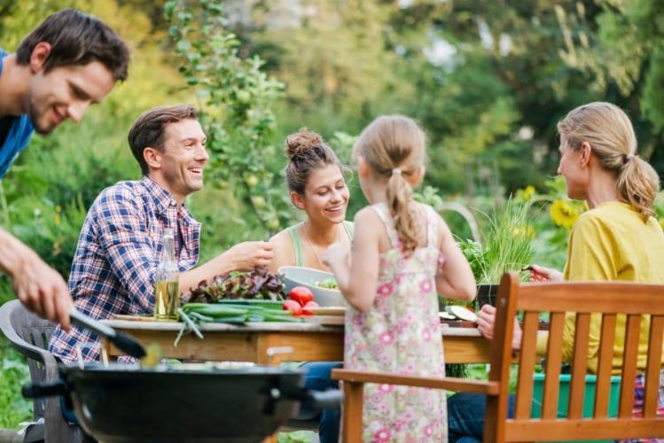 Familie griller i hagen