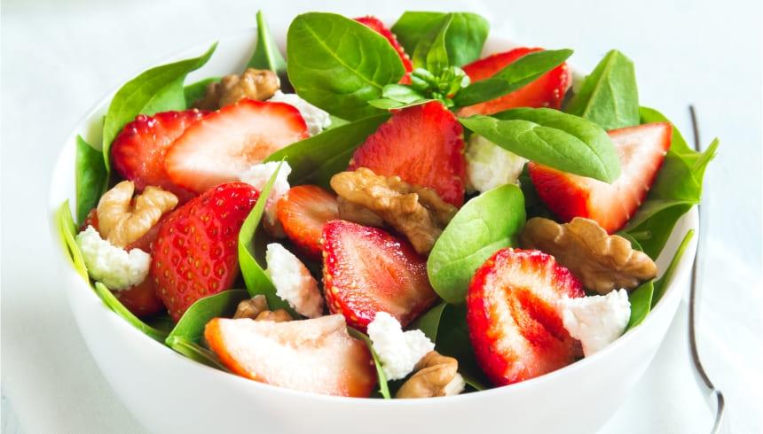 Frisk salat med jordbær