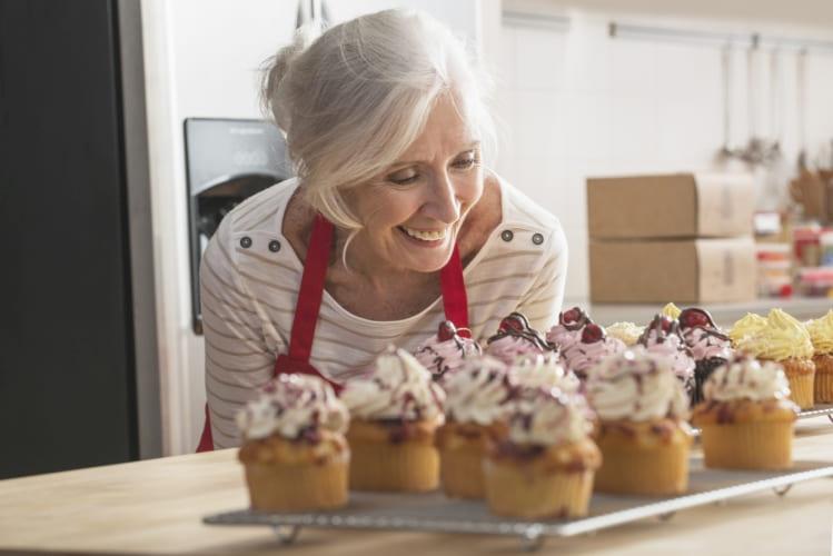 En kvinne er glad for deilige muffins